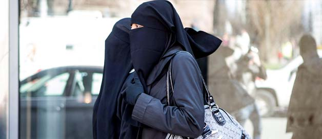 Femme qui porte le hijab
