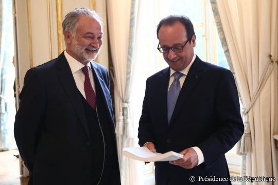 Jacques Attali présentant son rapport au président François Hollande.