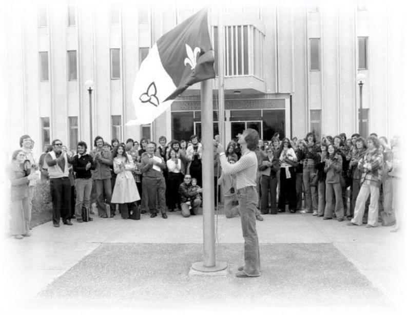 Dévoilement du drapeau franco-ontarien à l'Université Laurentienne en 1975. ©Sudbury Star